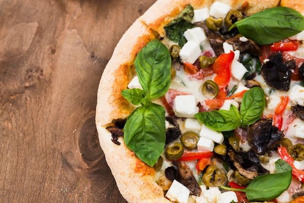 Arrangement avec pizza et copie-espace