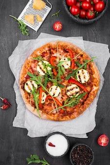 Arrangement de pizza à la roquette à plat