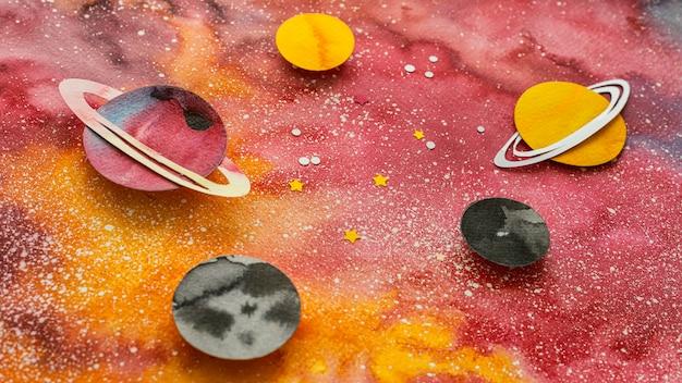 Arrangement de planètes en papier créatif