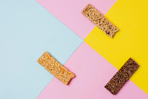 Arrangement à plat avec barres de céréales sucrées