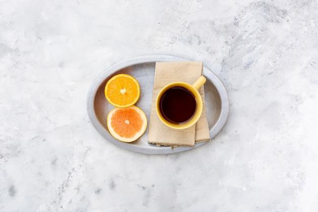Arrangement à plat avec boisson et tranche d'orange