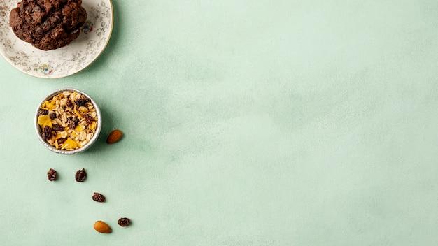 Arrangement plat avec des céréales sur fond vert