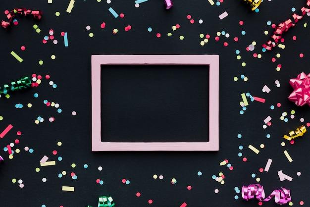 Arrangement à plat avec confettis et cadre