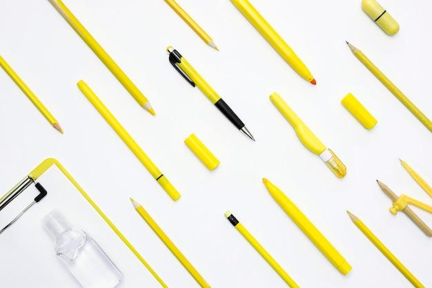 Arrangement plat avec des crayons jaunes