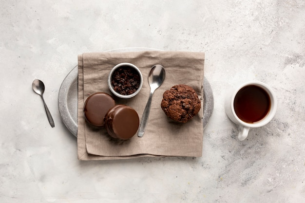 Arrangement à plat avec de délicieux muffins et biscuits