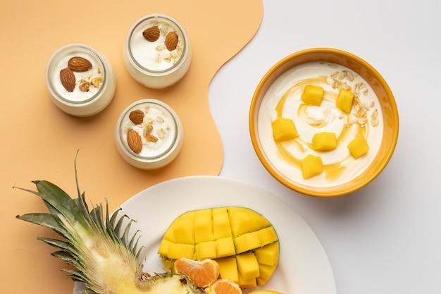 Arrangement plat de délicieux petit-déjeuner avec du yaourt