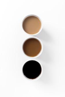 Arrangement plat avec différents types de café