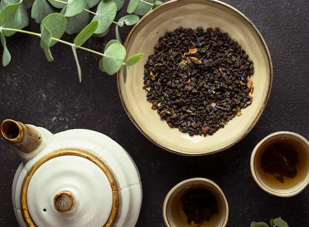 Arrangement plat avec du thé et des herbes