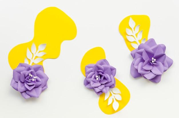Arrangement plat avec fleurs en papier violet