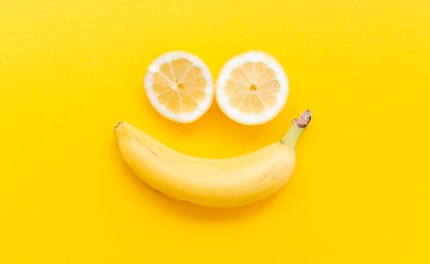 Arrangement plat avec des fruits