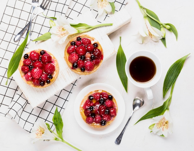 Arrangement plat de gâteaux fruités