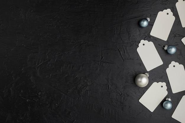 Arrangement plat avec des globes de noël et un espace de copie