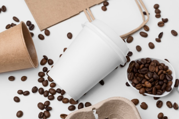 Arrangement plat avec des grains de café