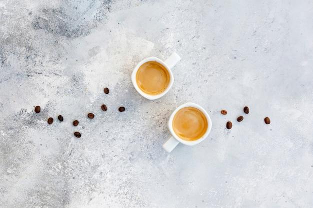 Arrangement plat laïc avec cappuccino sur fond de stuc