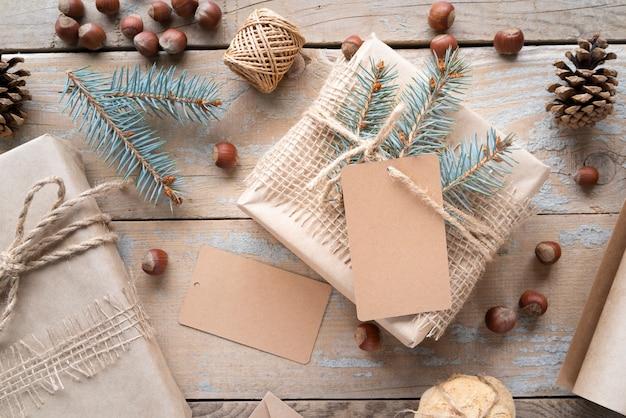 Arrangement plat laïque avec des boîtes sur fond en bois