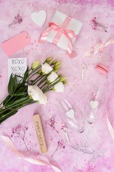 Arrangement plat laïque avec des cadeaux sur fond rose