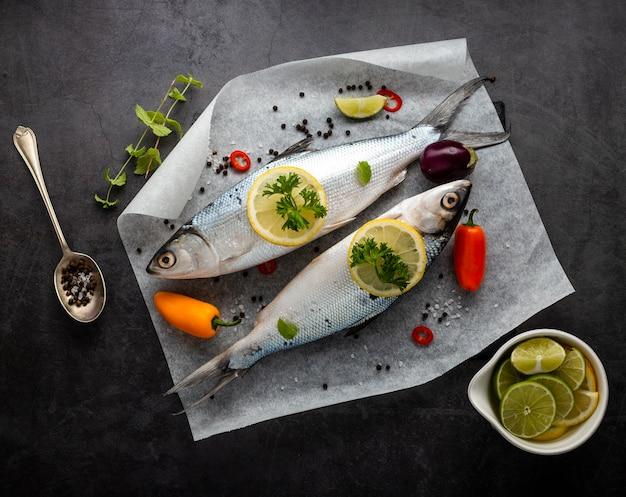 Arrangement plat laïque avec des poissons et fond de stuc