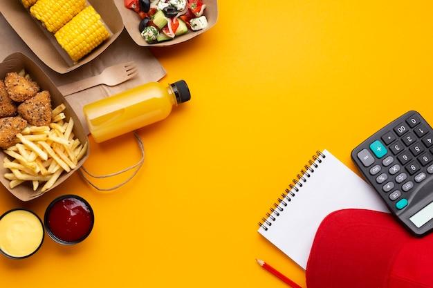 Arrangement plat avec nourriture et espace de copie