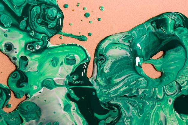 Arrangement plat avec de la peinture verte sur fond de pêche