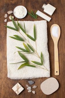 Arrangement à plat avec plante sur serviette