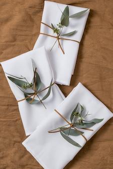 Arrangement plat avec des plantes et du tissu