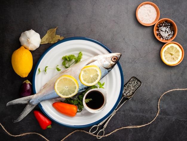 Arrangement à plat avec poisson et poivre
