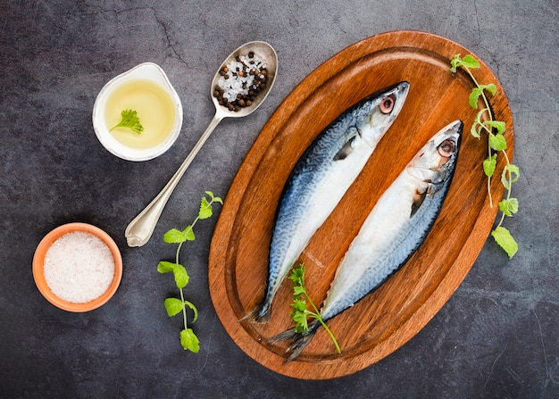Arrangement à plat avec poisson et sauce