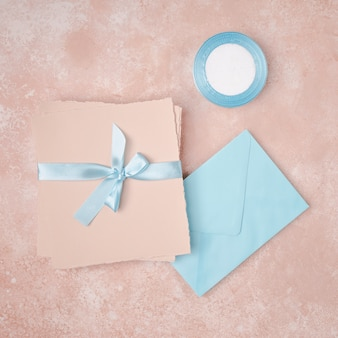 Arrangement à plat pour mariage avec enveloppes