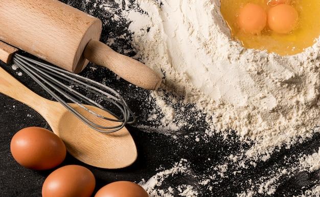 Arrangement plat de rouleau à pâtisserie et oeufs