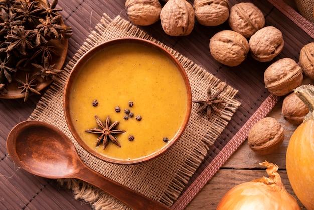 Arrangement à plat avec soupe à la citrouille et noix