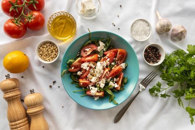 Arrangement de plats et d'ingrédients savoureux