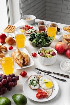 Arrangement avec des plats savoureux à angle élevé