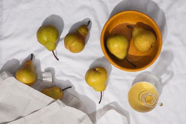 Arrangement de poires à plat avec bol