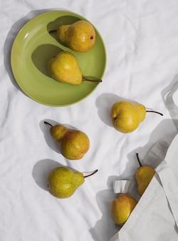 Arrangement de poires avec vue de dessus de la plaque