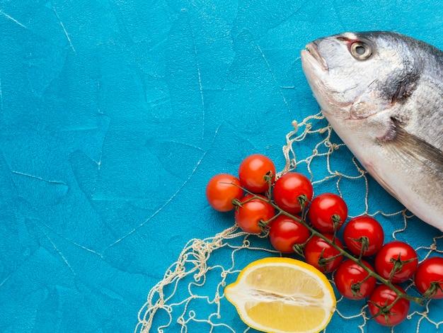 Arrangement de poisson avec des tomates à plat