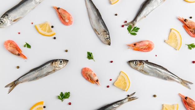 Arrangement de poissons et crevettes