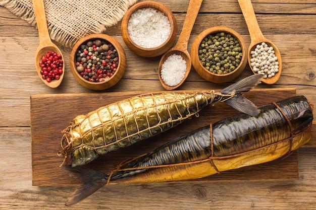 Arrangement de poissons fumés et d'épices