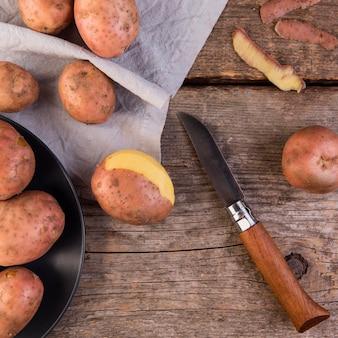 Arrangement de pommes de terre sur fond de bois