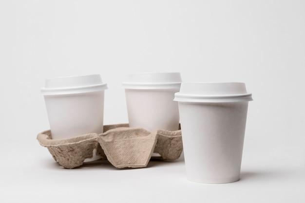 Arrangement avec porte-tasse à café