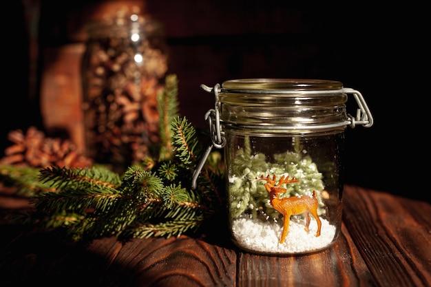 Arrangement avec pot décoré et brindilles