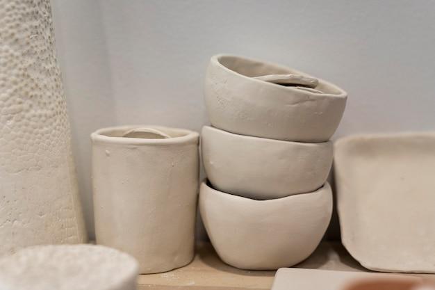 Arrangement avec des pots en argile