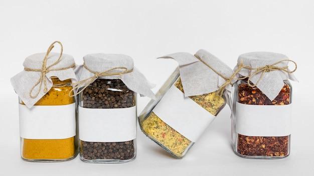 Arrangement de pots avec condiments