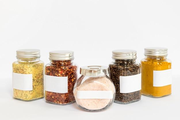 Arrangement avec pots d'épices étiquetés