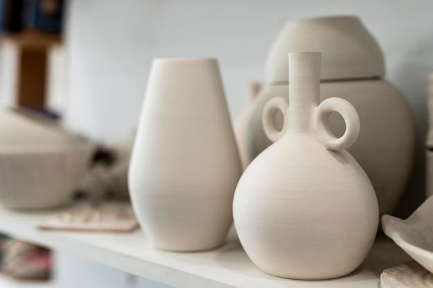 Arrangement avec des pots sur étagère