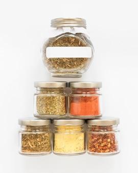 Arrangement de pots étiquetés et non étiquetés