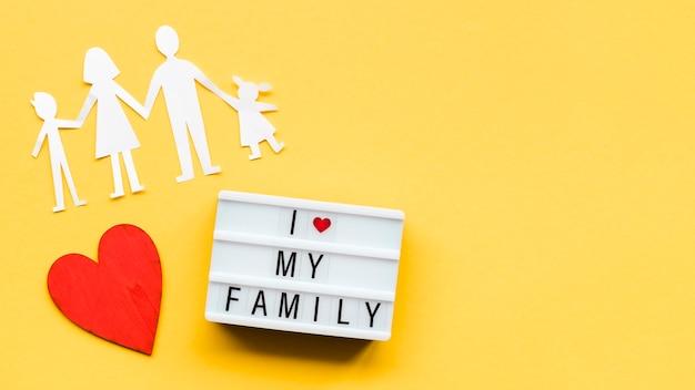 Arrangement pour le concept de famille sur fond jaune avec espace de copie