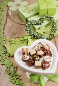 Arrangement de printemps avec des pralines au chocolat