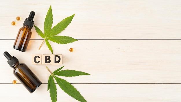 Arrangement de produits de cannabis biologique avec espace copie
