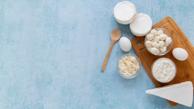 Arrangement de produits laitiers avec copie-espace