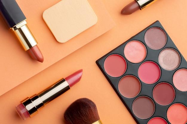 Arrangement de produits de maquillage à plat